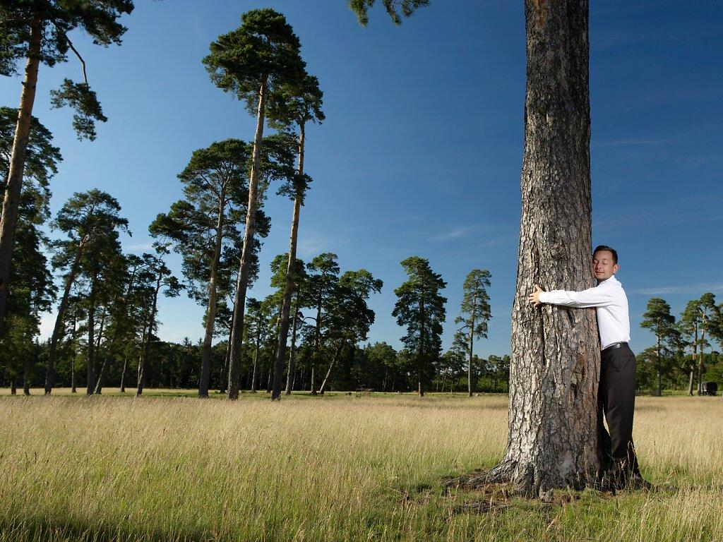 Mann umarmt Baum